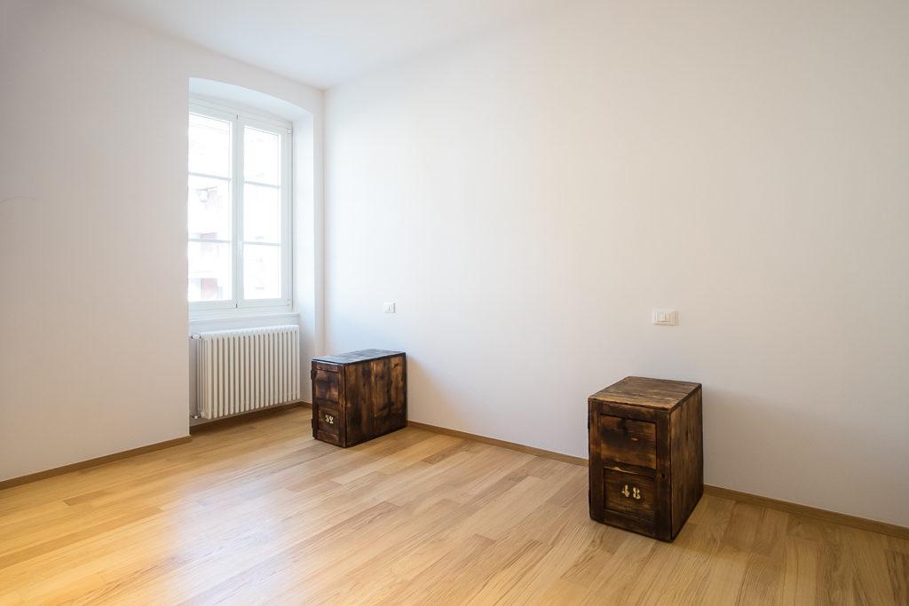 I due comodini a forma di cassa di legno collocati nella stanza da letto.